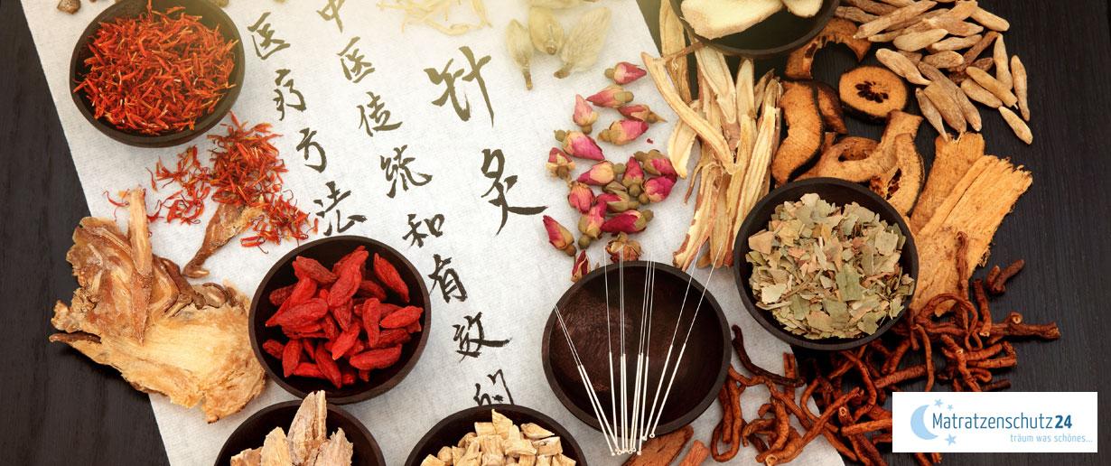 Kräuter und Heilmittel der Traditionell Chinesischen Medizin auf einem Tisch