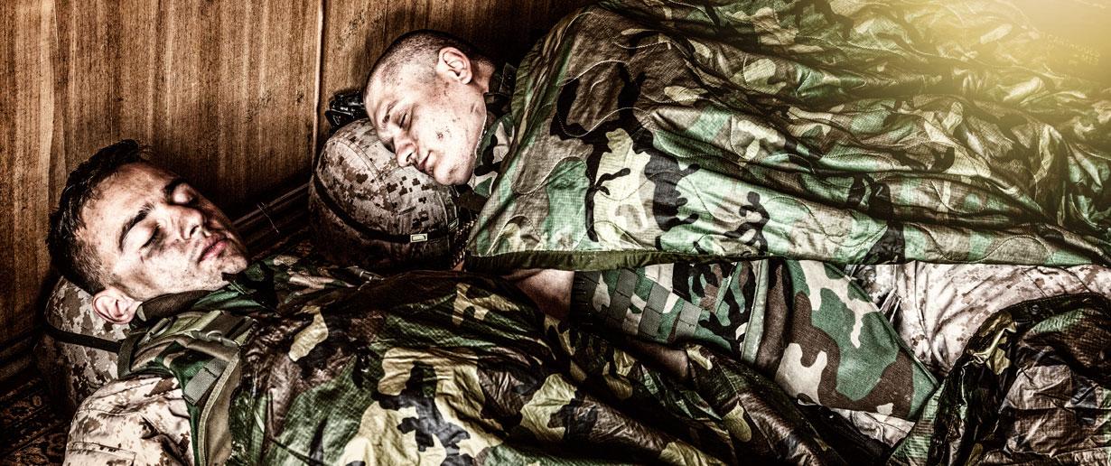 schlafende Soldaten in Tarnuniform