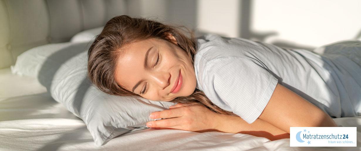 Frau schläft einen gesunden Schlaf im bett