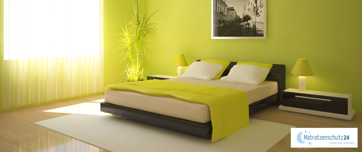 modernes Schlafzimmer mit hellgrüner Bettwäsche, hellgrüner Gardine und hellgrüner Deko