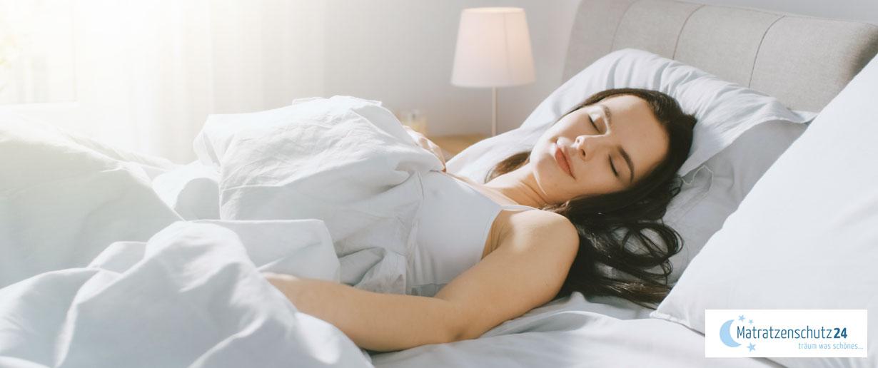 Frau schläft einen erholsamen Schlaf