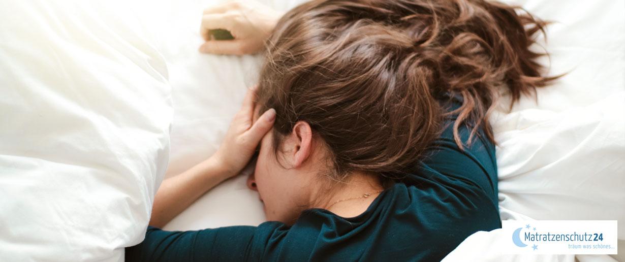 Migräne-Patientin im Bett