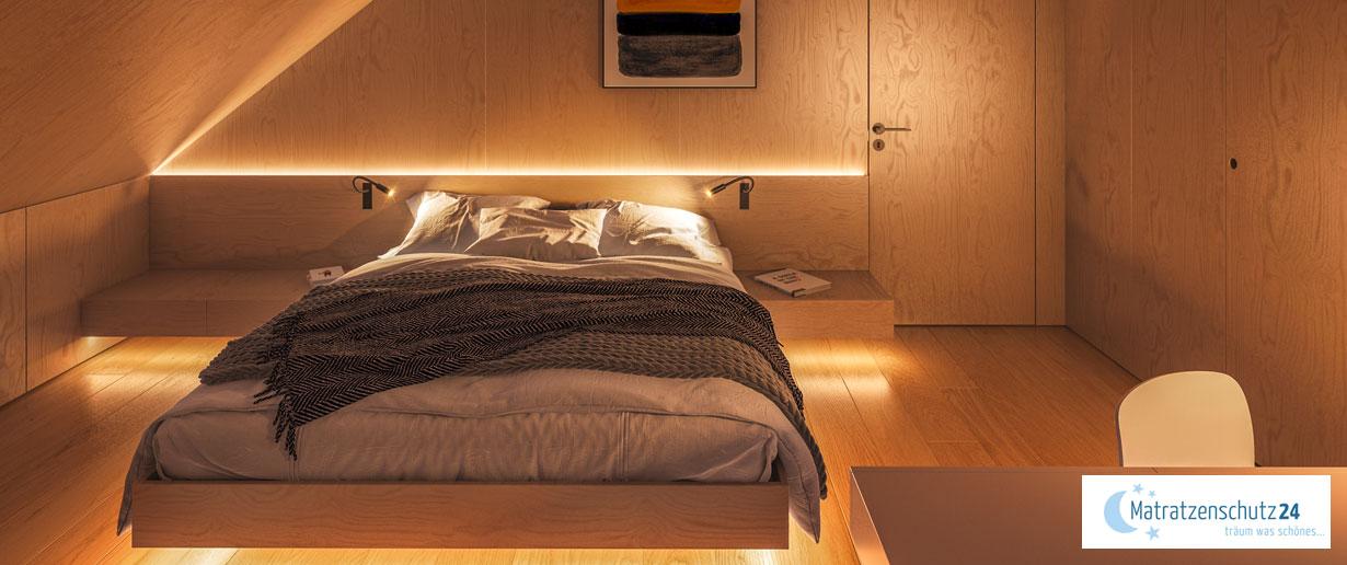 gemütliches Schlafzimmer mit viel Holz und edler Beleuchtung