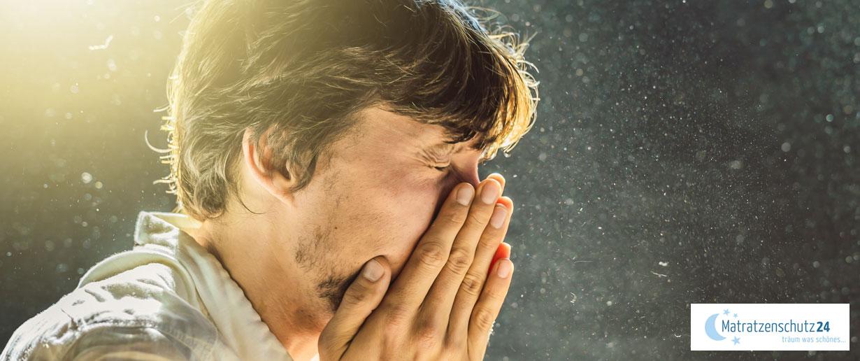 Mann niest wegen Staub in der Luft