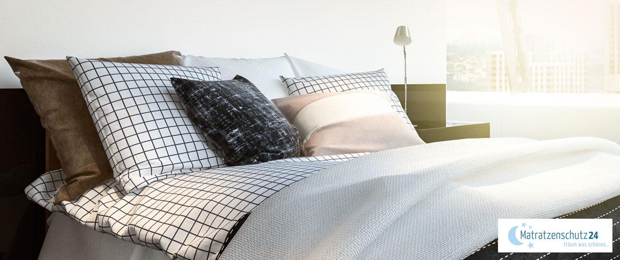 Bett mit verschiedenen Kissen