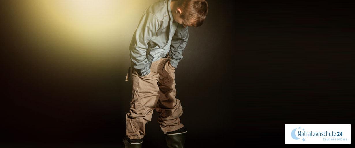 kleiner Junge, der sich in die Hose gemacht hat