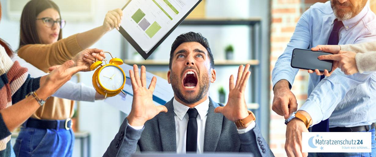 Mann ist gestresst von der Arbeit
