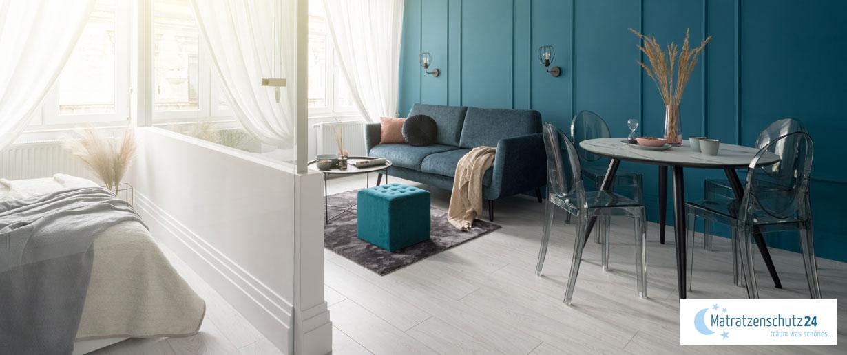 Schlaf- und Wohnzimmer in einem Raum