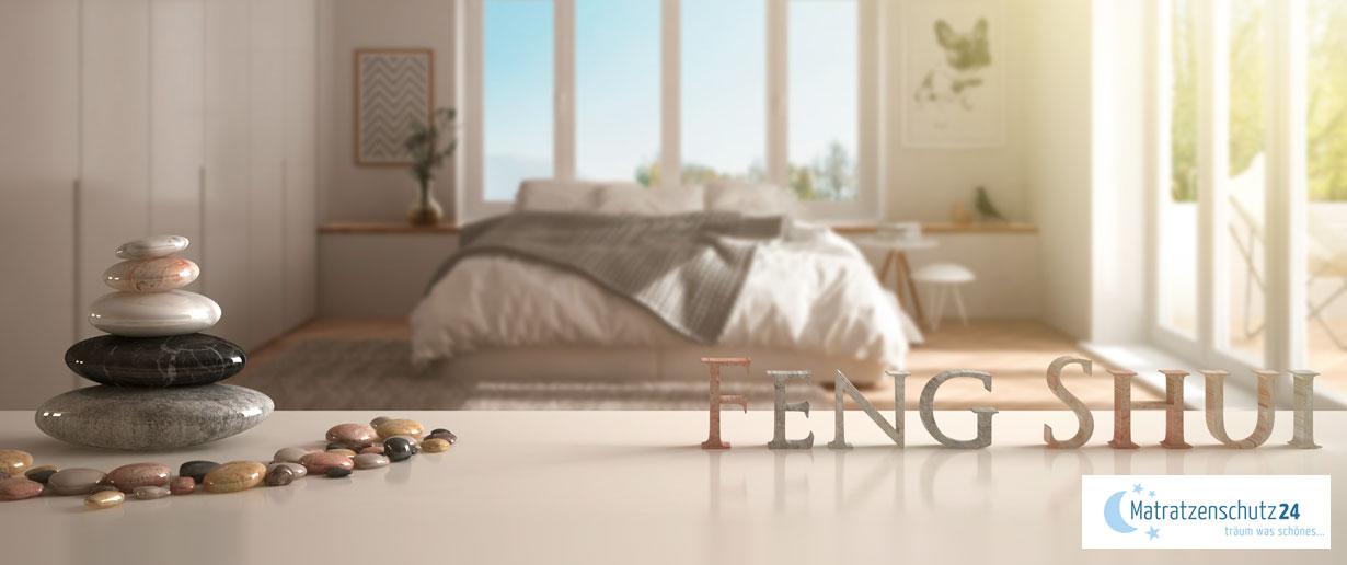 minimalistisches Fengh-Shui-Schlafzimmer mit Steinen als Deko