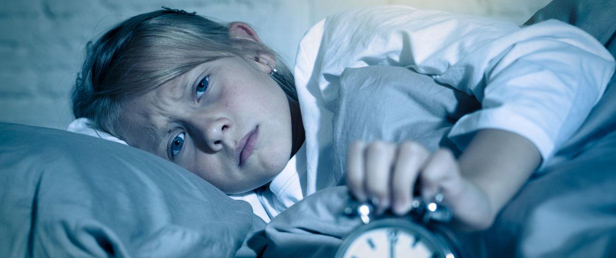 Mädchen liegt in Folge von Albträumen nachts wach
