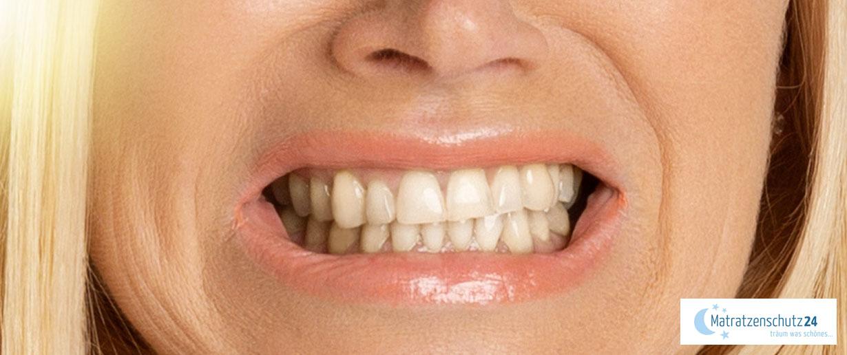 Frau knirscht mit den Zähnen