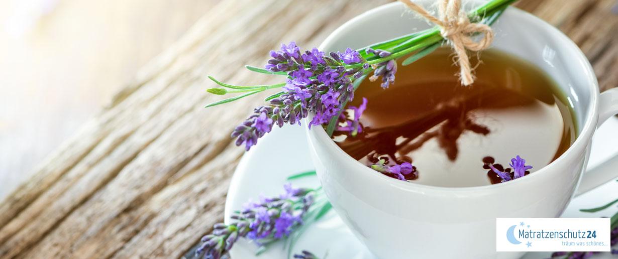 Tasse Tee mit Lavendel