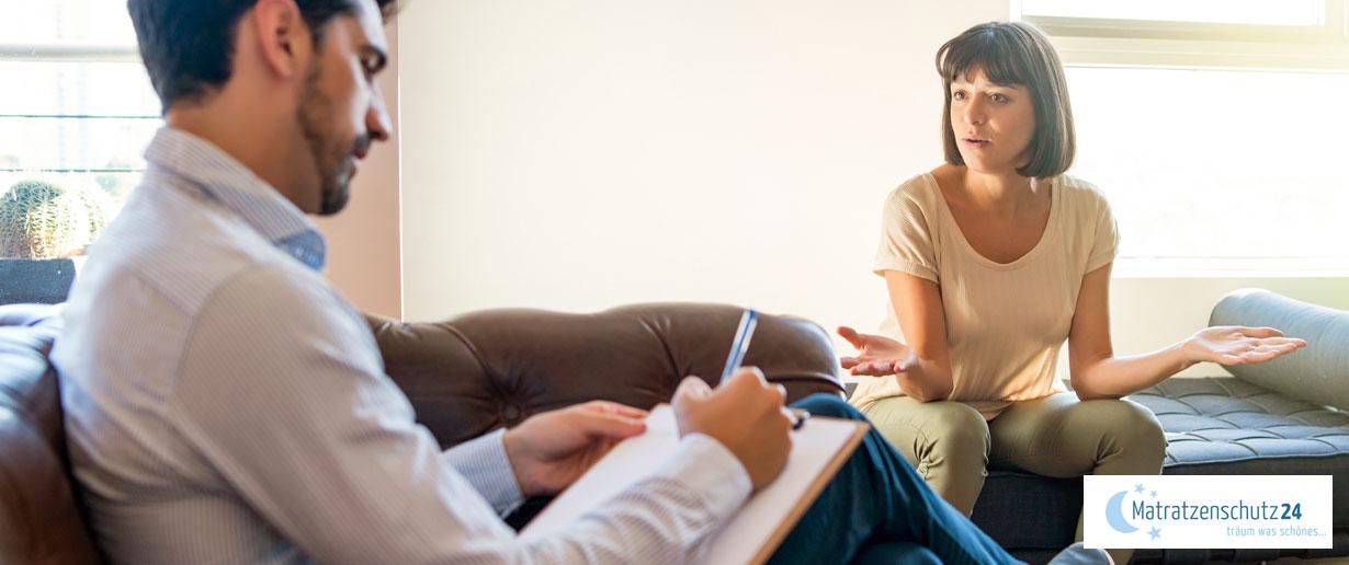 Frau spricht mit einem Psychotherapeuten