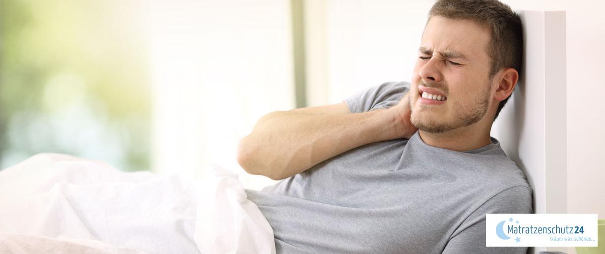 Mann hält sich vor Schmerzen an den Nacken