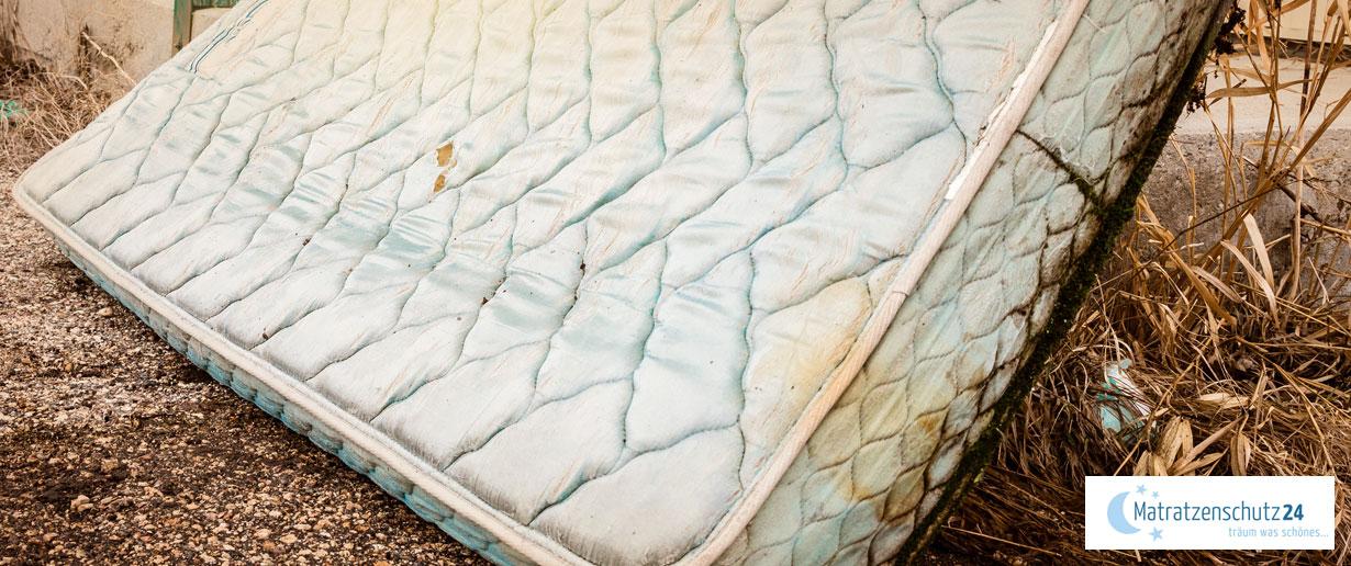 alte Matratze steht zur Entsorgung bereit