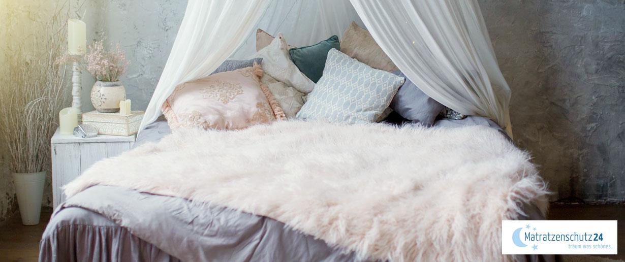 romantisches Schlafzimmer mit sanften Farben und verspielter Deko