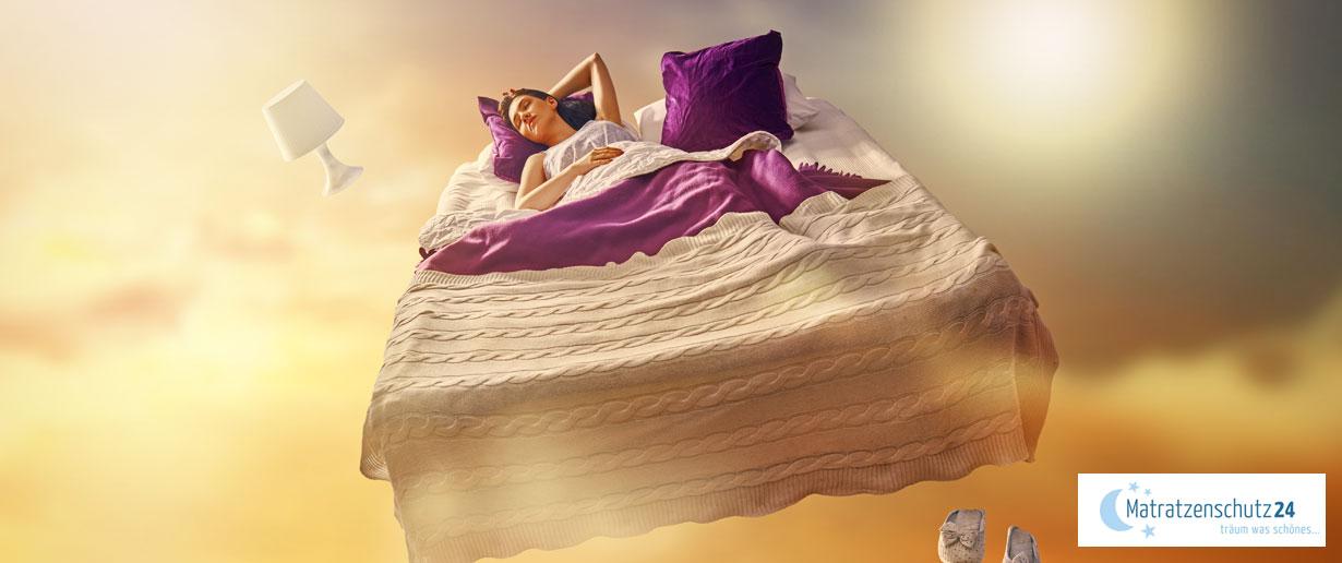 Frau schwebt im Bett durch's Traumland im Himmel