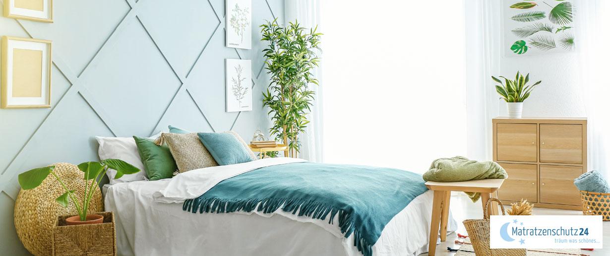 helles, freundliches Schlafzimmer mit natürlicher Wandgestaltung