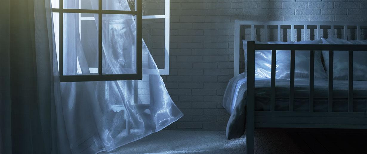 weit geöffnetes Schlafzimmerfenster in der Nacht
