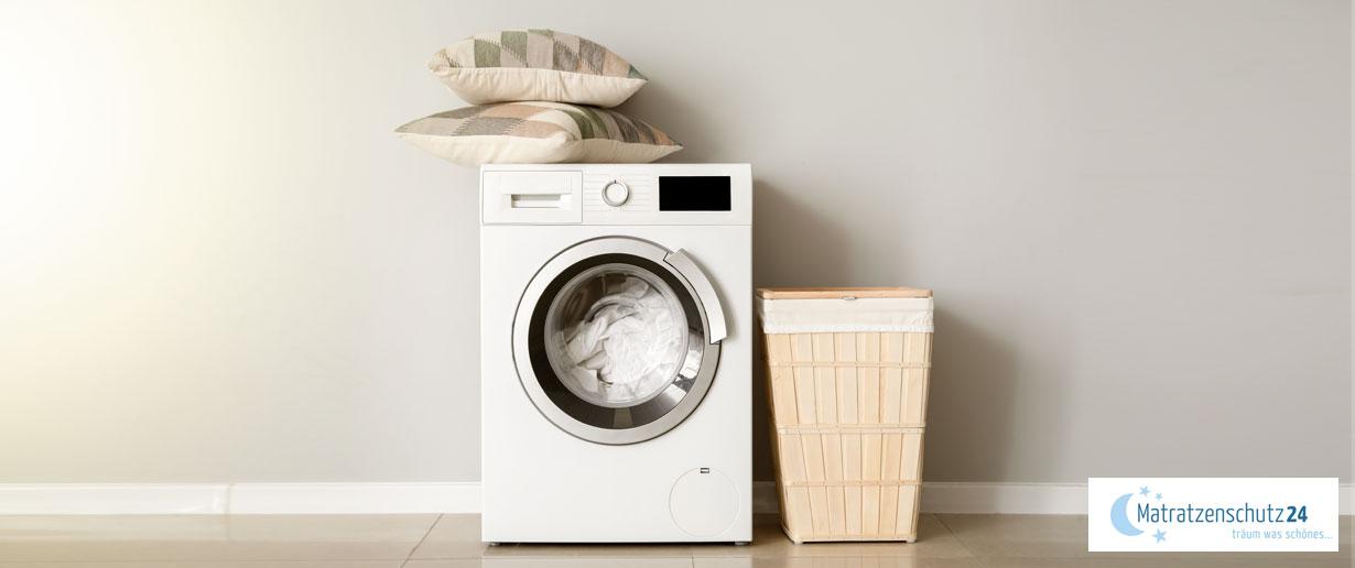 Waschmaschine mit Kopfkissen und Wäschekorb