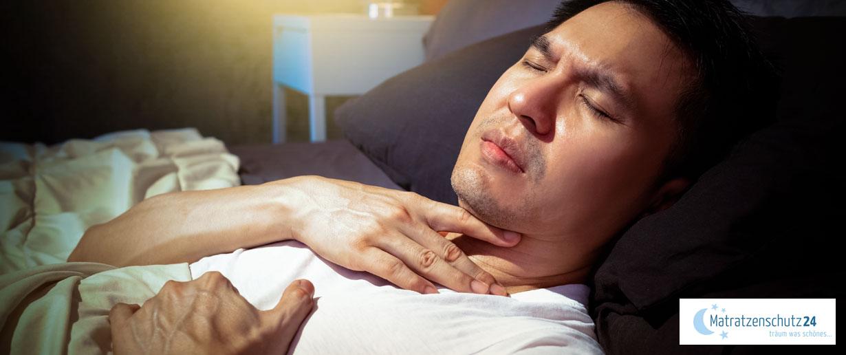 Mann liegt mit Atembeschwerden im Bett