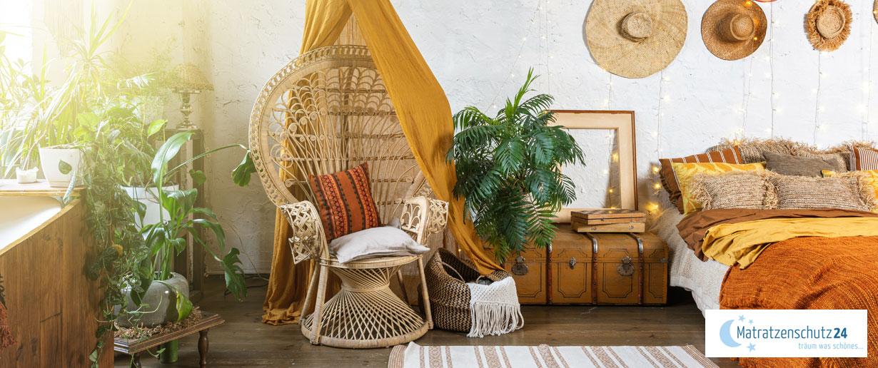 Boho-Schlafzimmer mit Rattan, Pflanzen und anderen natürlichen Materialien