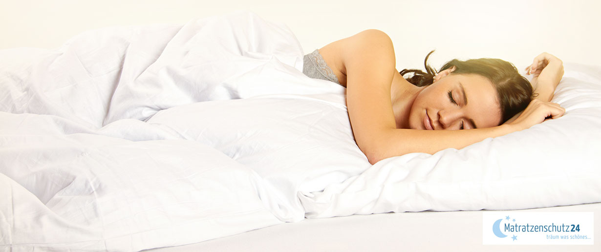 Frau schläft entspannt im Bett