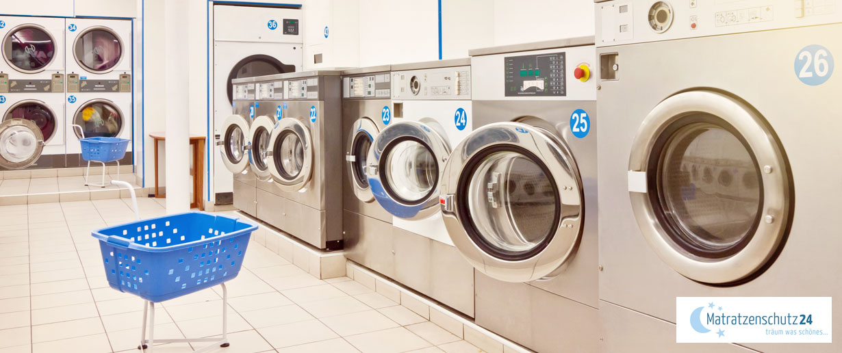 Waschsalon mit mehreren Waschmaschinen