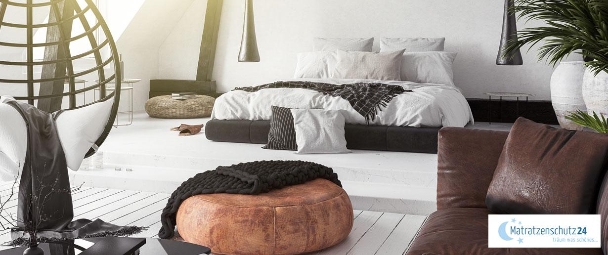 schwarz-weiß gestaltetes Schlafzimmer in Kombination mit Wohnzimmer