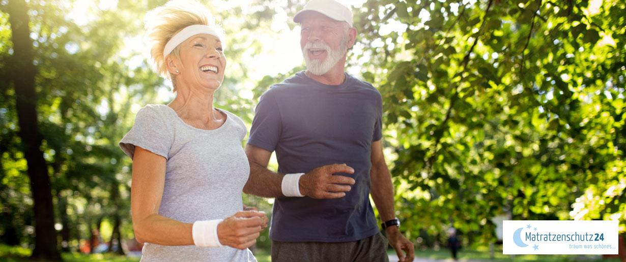 Älteres Ehepaar joggt zusammen in der Sonne
