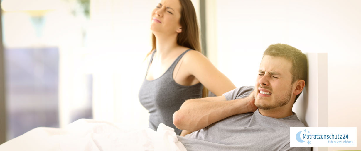 Pärchen klagt über Rückenschmerzen und Verspannungen im Bett