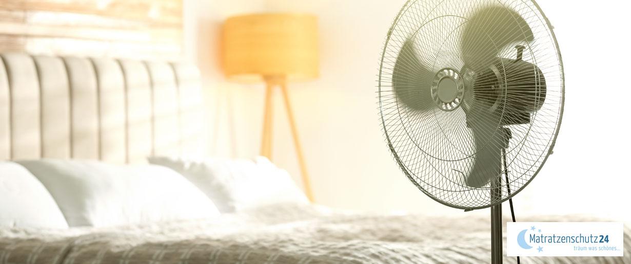 Ventilator steht vor Bett im Schlafzimmer