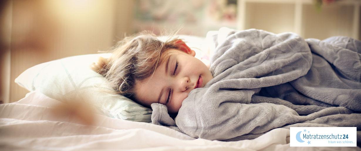 Kleines Kind schläft friedlich auf einem flachen Kopfkissen