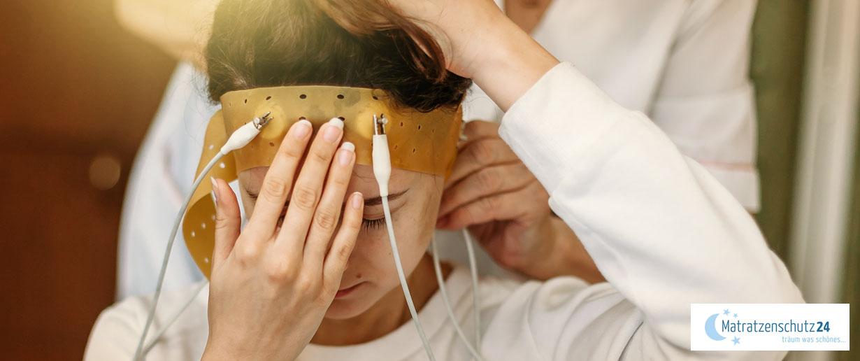 Frau wird im Schlaflabor an Geräte angeschlossen
