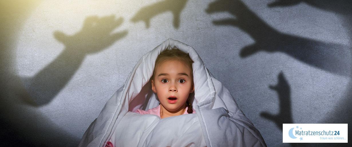 kleines Mädchen schreckt aus Albtraum hoch