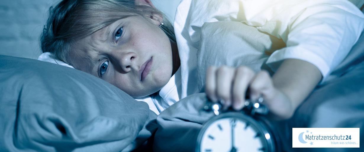 Kind liegt im Bett und kann nicht schlafen