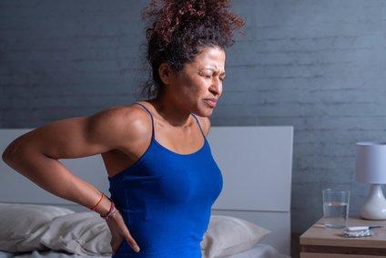 Rückenschmerzen beim Schlafen - was hilft?