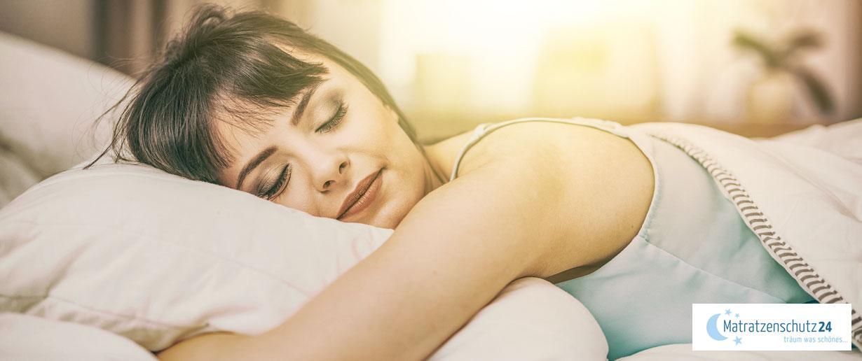 Frau schläft ruhig im Bett