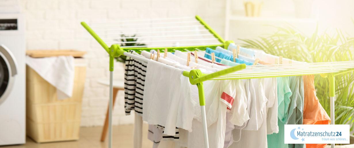 Wäschestände voller Wäsche im sonnigen Waschraum